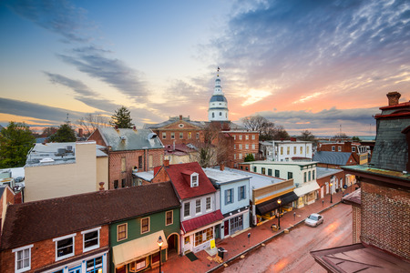 Annapolis, Maryland, USA downtown view over Main Street with the State House. 免版税图像