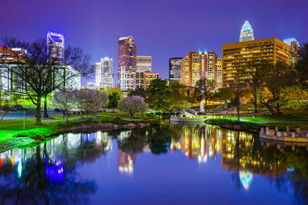 nacht: Charlotte, North Carolina, USA Skyline der Innenstadt in Marshall Park.