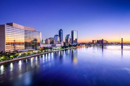 ジャクソンビル、フロリダ州、アメリカ合衆国セント ジョンズの川沿いのダウンタウンのスカイライン。 写真素材
