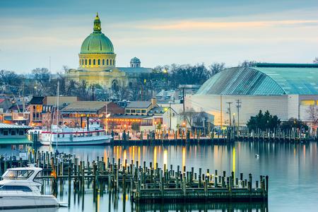 Annapolis, Maryland, USA stad skyline in Chesapeake Bay met de Verenigde Staten Naval Academy Kapel koepel.
