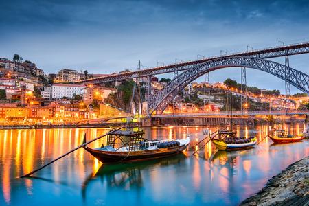 ポルト、ポルトガル rabelo 船でドウロ川に古い町のスカイライン。 写真素材 - 38871037