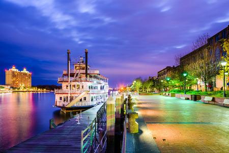 Savannah, Georgia, Verenigde Staten rivierfront promenade bij schemering. Stockfoto