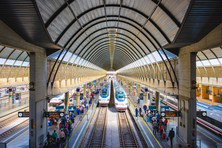 세비야, 스페인 -2010 년 10 월 8 일 : 산타 후 스타 역에서 승객과 열차. 이 역은 스페인에서 세 번째로 규모가 크며 매년 약 8 백만 명의 승객이 있습니다.