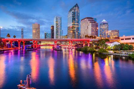 Tampa, Florida, USA skyline van het centrum aan de rivier de Hillsborough. Stockfoto