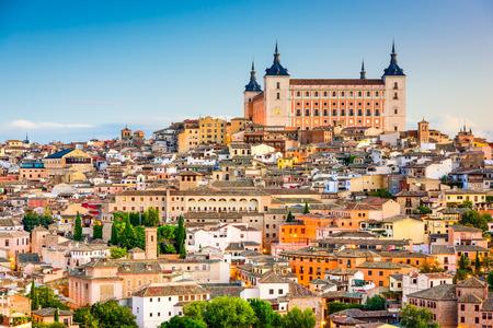 トレド、スペイン アルカサルで古い町の街並み。