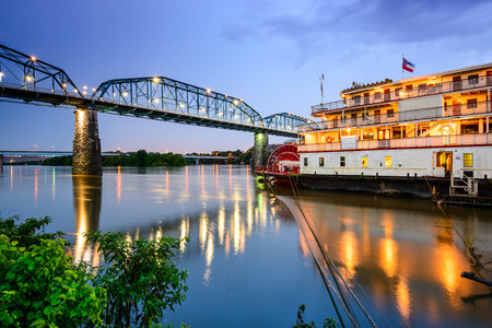 tennesse: Chattanooga Tennessee EE.UU. frente al río.