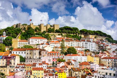サン Jorge 城に向かってリスボン ポルトガルの街並み。 写真素材