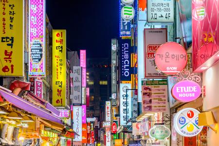 ソウル - 2013 年 2 月 14 日: 明洞のネオン。場所は、街でのショッピングのプレミア地区です。
