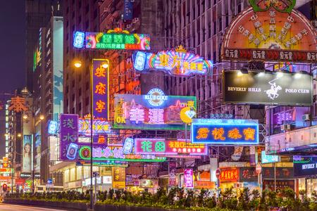 HONG KONG, CHINA - 8 oktober 2012: Neon billboards op Nathan Road. De straat is een van de belangrijkste verkeersader door Kowloon en is bekleed met winkels en restaurants. Redactioneel