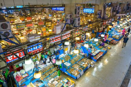 fischerei: SEOUL 18. Februar 2013: Luftaufnahme der K�ufer bei Noryangjin Fischerei Gro�markt Die 24-Stunden-Markt hat mehr als 700 Verkaufsst�nde frischen und getrockneten Meeresfr�chten.