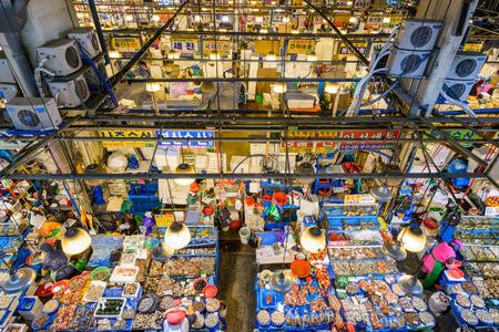 SEOUL - 18. Februar 2013: Luftaufnahme der Käufer bei Noryangjin Fischerei Großmarkt Die 24-Stunden-Markt hat mehr als 700 Verkaufsstände frischen und getrockneten Meeresfrüchten.