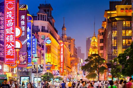 SHANGHAI, CHINA - 16 juni 2014: Neon tekenen aangestoken op Nanjing Road. Het gebied is de belangrijkste winkelstraten van de stad en een van 's werelds drukste winkelstraten.
