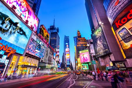 NEW YORK CITY - 9 april 2013: Times Square drukte en verkeer 's nachts. De site wordt beschouwd als de meest bezochte toeristische attractie in de wereld met bijna 40 miljoen bezoekers per jaar.