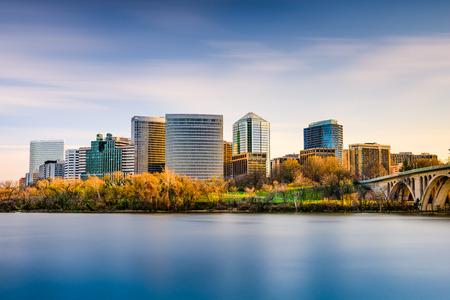 george washington: Rosslyn, Arlington, Virginia, EE.UU. horizonte de la ciudad en el río Potomac. Foto de archivo