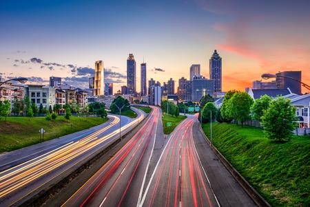 Atlanta, Géorgie, Etats-Unis centre ville skyline sur Freedom Parkway.