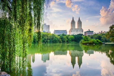 ニューヨーク市、アメリカ合衆国中央公園湖および上部の西側のスカイライン。