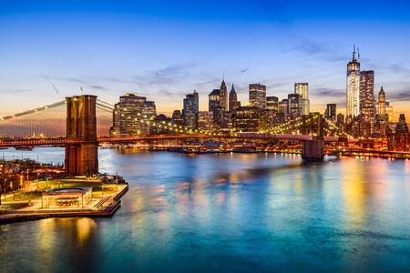 New York City, Verenigde Staten skyline boven de East River en de Brooklyn Bridge. Stockfoto