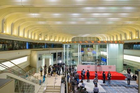 bolsa de valores: TOKIO, JAPÓN - 28 de diciembre de 2012: Los periodistas crearon dentro de la Bolsa de Valores de Tokio. Es la exchang tercera más grande del mundo. Editorial