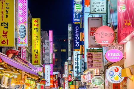서울 - 2013년 2월 14일 : 명동의 네온 불빛. 위치는 도시에서 쇼핑 초연 지역입니다.