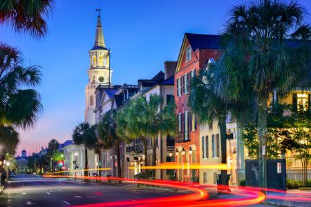 route: paysage urbain � l'�glise �piscopale St. Michael, � Charleston, Caroline du Sud, �tats-Unis Banque d'images