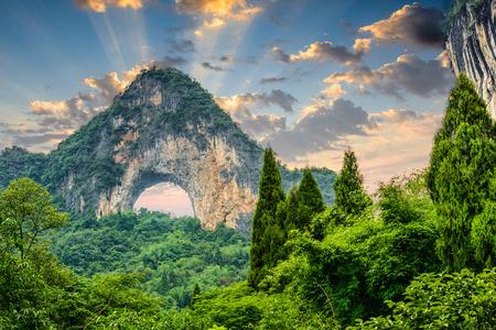 Yangshuo, 중국에있는 문 힐.