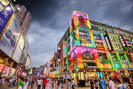 GUANGZHOU CHINA 25 mai 2014: Les piétons traversent la rue piétonne Shangxiajiu. La rue est le principal quartier commerçant de la ville. Banque d'images - 42313060