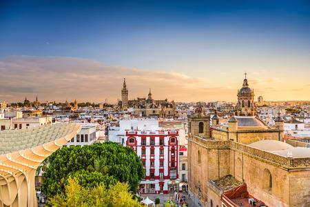 スペイン、セビリア夕暮れ時に古い四分の一のスカイライン。