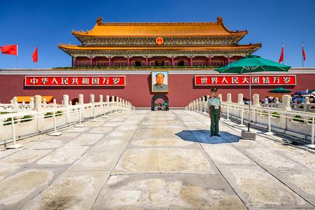 北京, 中国 - 2014 年 6 月 27 日: 兵士は天安門広場で天安門を守る。
