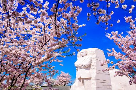 rey: WASHINGTON - 12 de abril de 2015: El monumento al líder de los derechos civiles Martin Luther King, Jr. durante la temporada de primavera en West Potomac Park.
