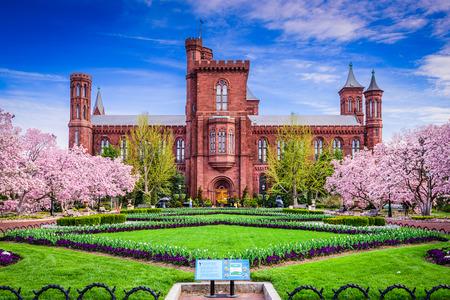 cerezos en flor: Washington DC - 12 de abril de 2015: El edificio del Smithsonian Institution en la temporada de primavera.
