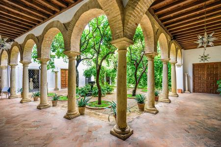CORDOBA, SPANJE - 11 november 2014: Viana Paleis op de binnentuinen. Het paleis gronden zijn een toeristische trekpleister bekend om een aantal verschillende, maar verbonden tuinen.