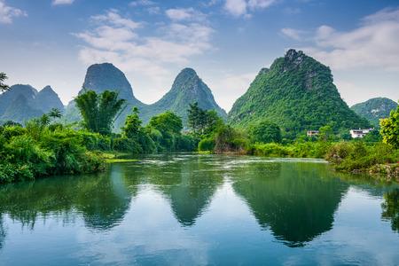 桂林、中国のカルスト山の風景。