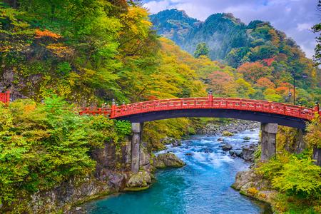 Nikko, Japón en el puente sobre el río Shinkyo Daiwa. Foto de archivo