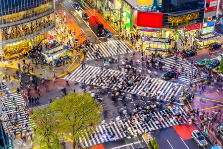 東京都渋谷の交差点、世界で最も忙しい横断歩道の 1 つの眺め。