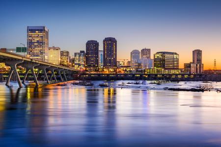 Richmond, Virginia, EE.UU. horizonte de la ciudad sobre el río James. Foto de archivo