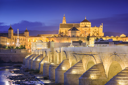 Cordoba, Spanje in de moskee-kathedraal en de Romeinse brug.