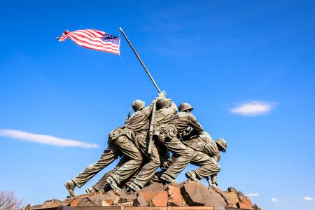 seconda guerra mondiale: WASHINGTON, DC - 5 Apr 2015: Marine Corps War Memorial all'alba. Il memoriale caratterizza le statue dei militari che hanno alzato la seconda bandiera degli Stati Uniti su Iwo Jima durante la seconda guerra mondiale.