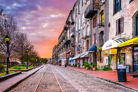SAVANNAH, GEORGIA - JANUARY 10, 2015: Shops and restaurants line River Street. The historic street is the center of nightlife in the city. 版權商用圖片 - 42313122