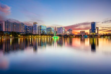 Orlando, Florida, EE.UU. horizonte del centro de la ciudad sobre el lago Eola.