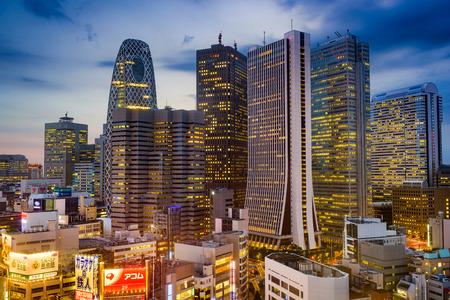도쿄, 일본 - 2015년 8월 15일 : 도쿄의 서쪽 신주쿠 마천루 지구. 지구는 도시의 주요 금융 허브입니다.