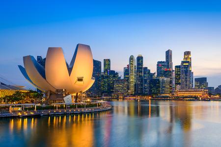 skyline van Singapore bij de jachthaven tijdens de schemering.