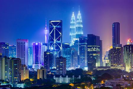 paisajes noche pareja: Kuala Lumpur, Malasia horizonte de la ciudad. Foto de archivo