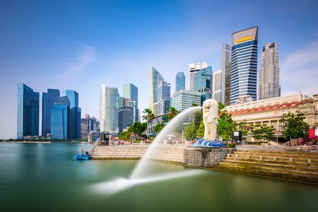 skyline van Singapore bij de Merlion fontein. Redactioneel