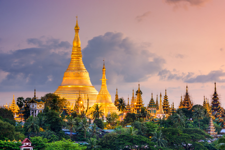 Yangon, Myanmar view of Shwedagon Pagoda at dusk. 스톡 콘텐츠