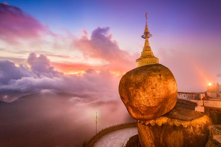 Goldener Felsen von Kyaiktiyo, Myanmar. Standard-Bild - 47356154