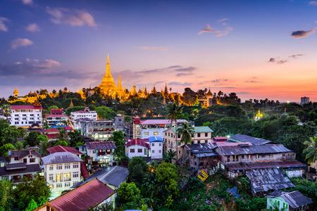 シュエダゴン パゴダとヤンゴン、ミャンマーのスカイライン。 写真素材