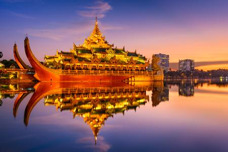 jezior: Rangun, Myanmar w Karaweik Pałacu Królewskiego w Kandawgyi jeziora.