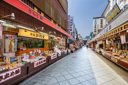comida japonesa: Kawasaki, Japón - AGOSTO 7, 2015: La galería comercial que llevan al templo Kawasaki-daishi que fue fundada en 1128.