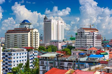 ミャンマー ・ ヤンゴンのダウンタウンの中心のスカイライン。 写真素材