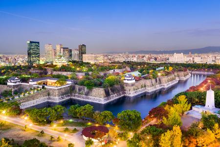 castillos: Osaka, Japón, en el horizonte de Osaka Castle Park.
